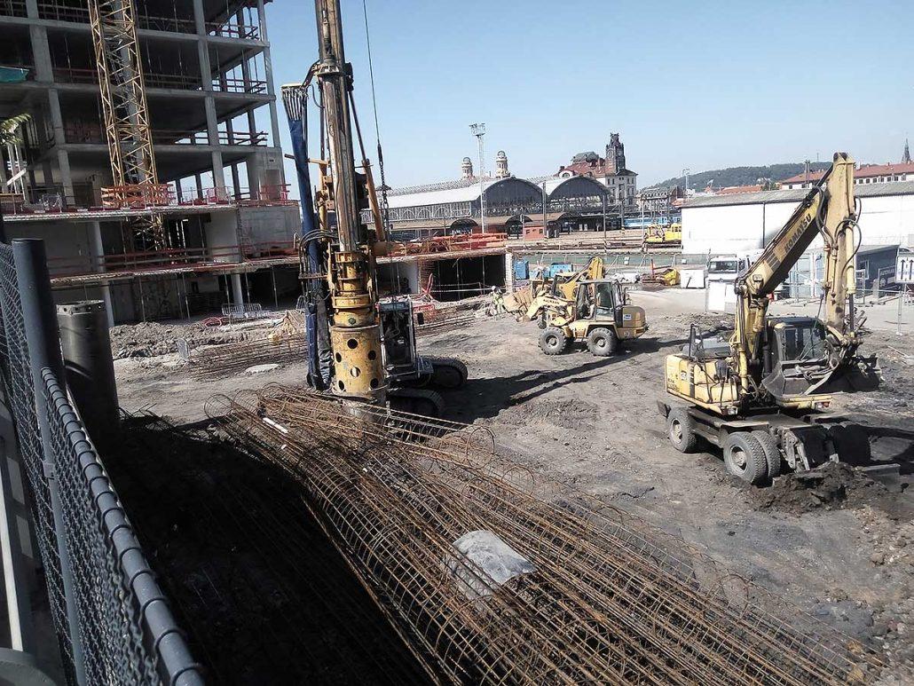 Příprava území pro výstavbu komerčních a bytových objektů nám. W. Churchilla Praha