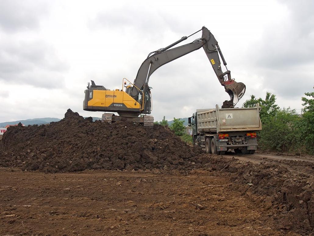 Příprava území pro výstavbu komerčního parku ve Spořicích u Chomutova