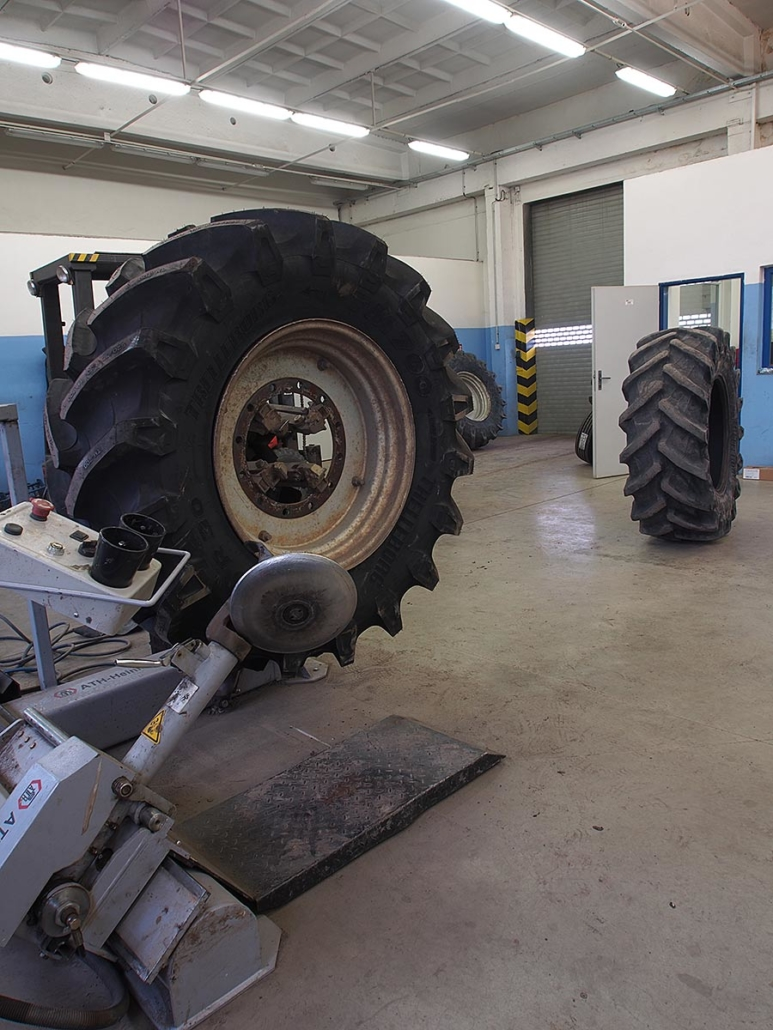Pneuservis - výměna pneu, kolový traktor